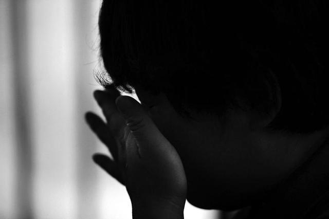 讲述人不时流下悔恨的眼泪本报记者李宗华摄图片