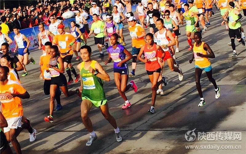 2016杨凌农科城国际马拉松赛鸣枪开跑 17个国家1.6万选手 火力全开