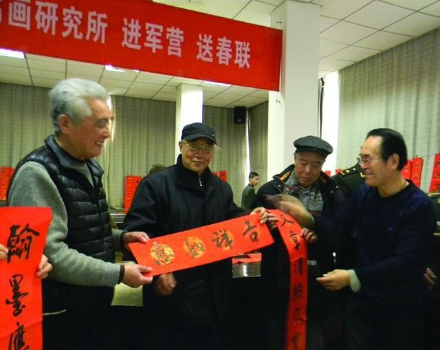 西安10位书画家义写200副春联送退休军人