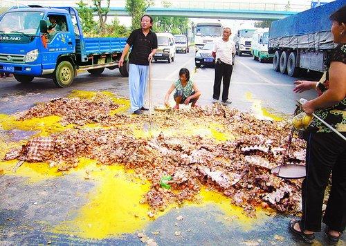 """车撞了 蛋""""黄""""了  小货车1吨的鸡蛋被摔碎"""