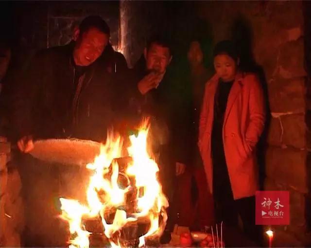 神木传统习俗:燃火塔 点燃新希望
