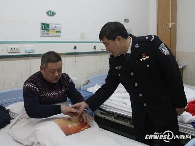 5人殴打警察被刑拘 公安局领导看望受伤民警