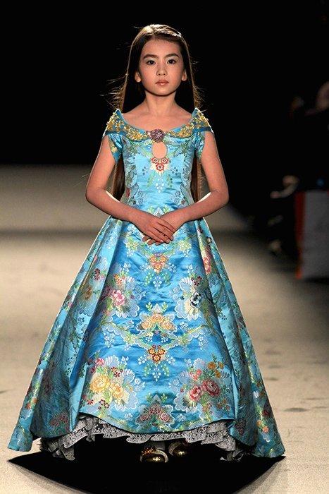 是她第二次来到巴黎高定时装周走秀.图为绣球2013年现身巴黎高