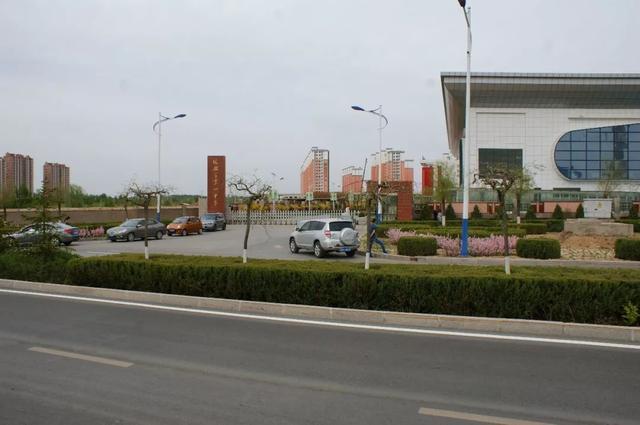 榆林市一中西大门外道路隔离带存安全隐患