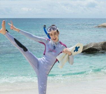 迪丽热巴终于不怕水了还学会了游泳