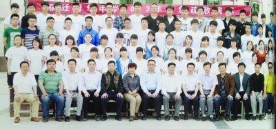 两个不同班级的毕业照,前排除了最左边一位老师外,完全一致。
