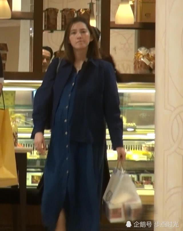 余文乐老婆素颜挺巨肚买蛋糕 四肢仍然纤细