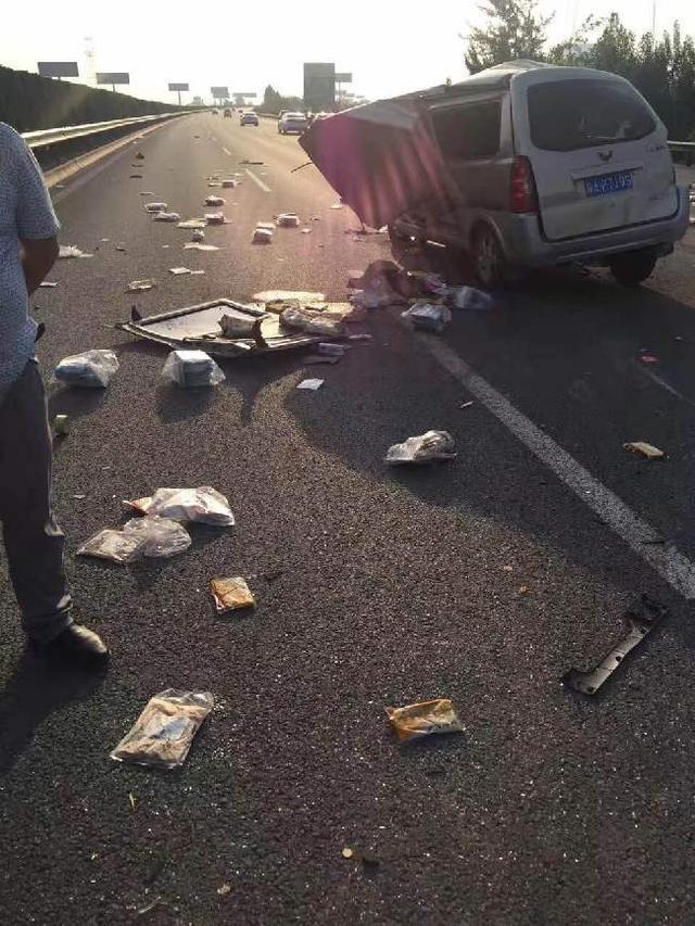 高速路目击惨烈车祸 宝鸡五小伙救下受伤女童