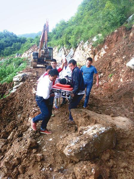镇巴一村民从高处坠落昏迷 医护群众联手急救