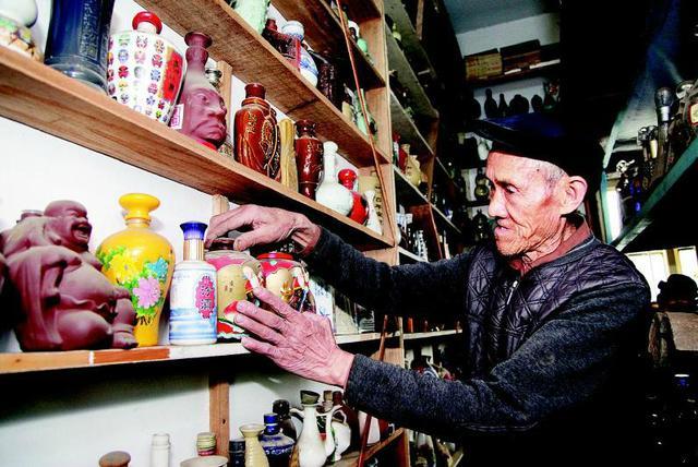 74岁老人收藏一万余个酒瓶 专门盖两间房储存