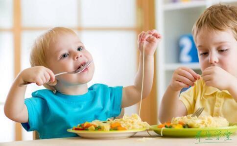 小朋友吃东西时要仔细,别给五官塞东西