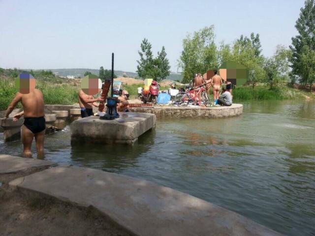 西安男子群聚雁鸣湖里裸泳 为图凉快吓坏路人
