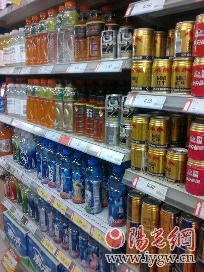 超市里摆放着多种品牌的功能性饮料(李梦君)-西安饮料市场功能饮