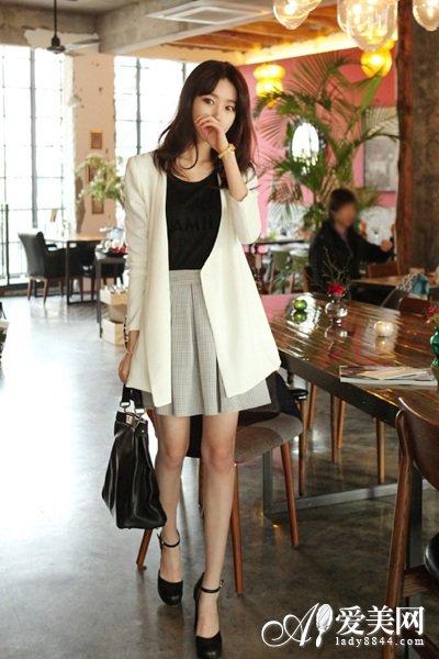 小编心得>>>>黑色T恤搭配格子A字裙,尽显温婉典雅.白色小西装剪