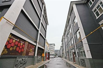 改造后,小区楼房外墙不仅颜色古朴大方,还有浮雕装饰.