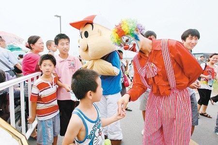 小丑表演逗你乐 世园会自然馆增设表演节目