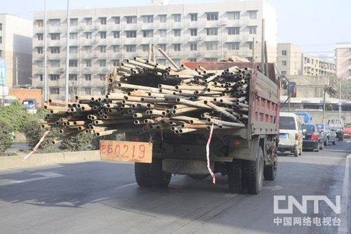 货车司机自制木车牌上路 逗笑现场交警(图)