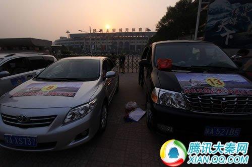 人员车辆到期后,工作人员开始给每辆参与车辆贴车身活动拉高清图片