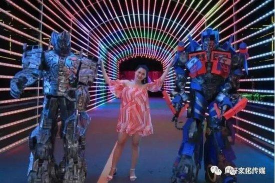 搞大事情啦!变形金刚机器人狂嗨丹阳古镇 梦幻灯光节相互映照 暑期末强档嗨翻天!