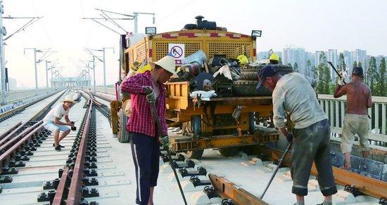 汉孝城际铁路昨日全线铺轨贯通