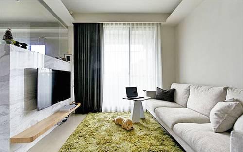 原纵长形的客厅,也在设计师以银狐石增设半高电视墙后,形塑方正温馨图片