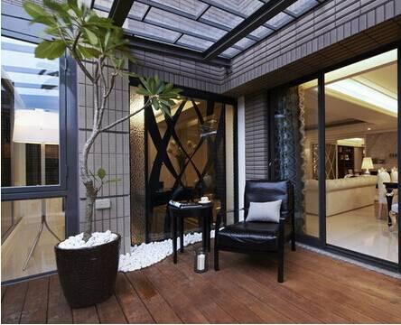 阳台有着一个大的茶艺区,空间的划分干脆而利落,周详而细致.
