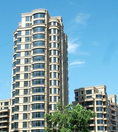 大多数高层住宅都是采用框架结构形式,往往一层对称布置6~8户,这样