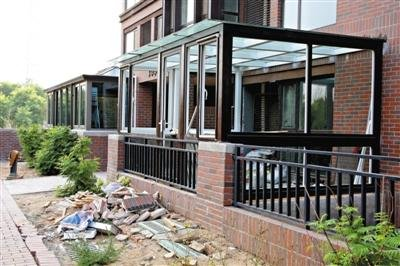 """随处可见违建的玻璃""""阳光房""""图片"""