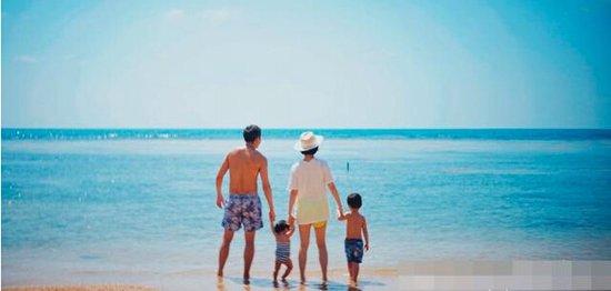一家四口在海边的背影合照