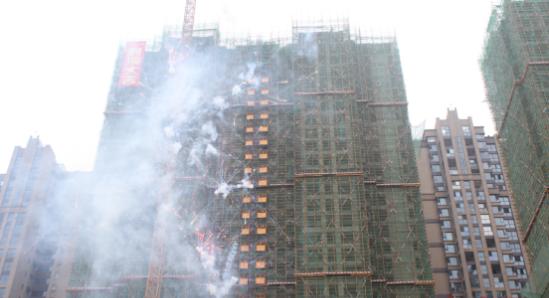 英伦豪宅铂金汉宫6#栋吉庆封顶 三期工程全面开启