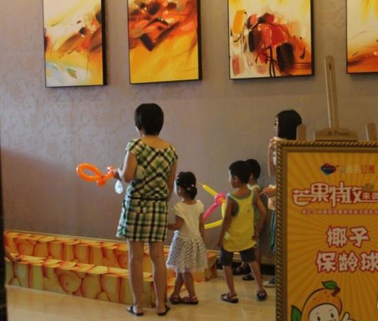 """市民黄小姐对记者表示:""""小朋友看到小动物就兴奋,特别是小鱼,要把小鱼"""