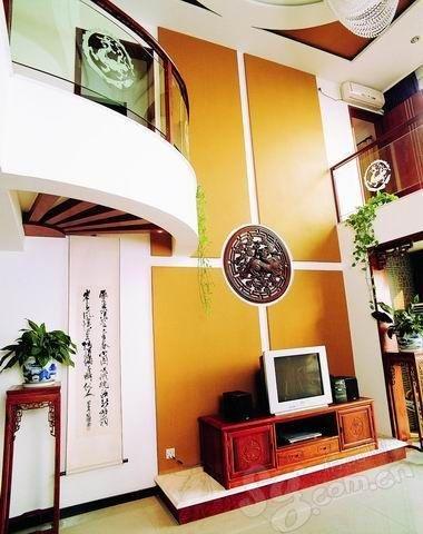 客厅背景墙装修效果图:书柜当背景-客厅电视背景墙 时尚百变的设计图