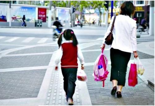 子女年幼的国家公职人员,如何接送孩子且不违反纪律?
