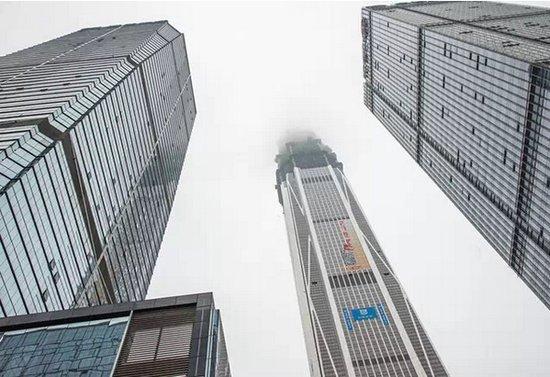 深圳第一高楼将完工直耸入云 乘电梯到楼顶要10分钟