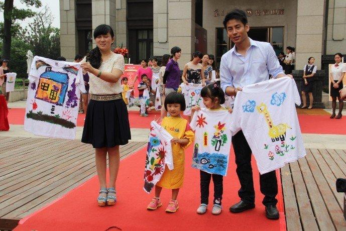 随后介绍了手绘亲子衫活动的一些要领和注意事项.