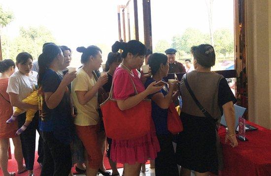 紫金华府接待中心被挤爆了,原因竟然是这个!