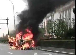 车子自燃 黑烟冲天伴有爆炸声