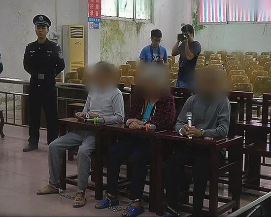 父亲逛街一眼认出被拐儿子将其解救 三人获刑