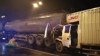 台州一货车车头被挤扁 司机生还后排乘客遇难