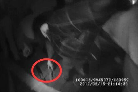 温州闹市区一男子持刀捅人 被路过交警制伏