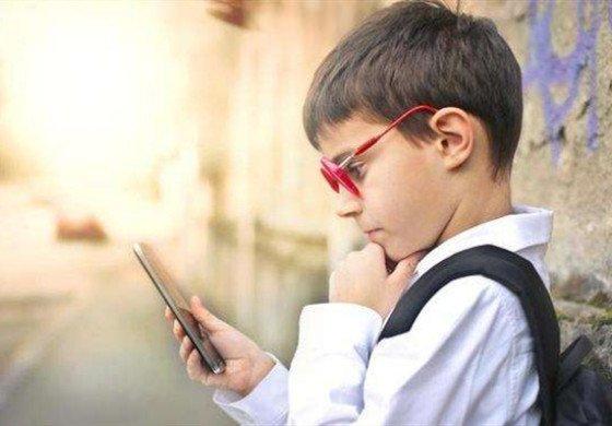 """""""妈妈,我能玩手机吗?""""不同的答复 决定孩子的未来"""