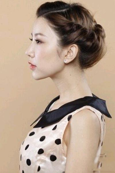 无刘海伴娘发型扎法步骤 用复古风衬托新娘的美图片