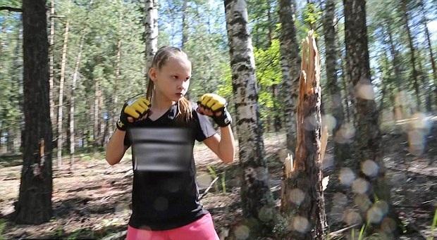 10岁拳击女孩击碎树干 曾30秒出拳221次