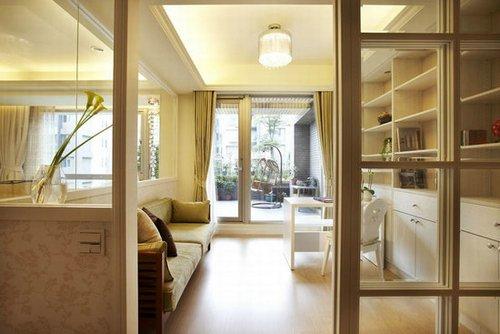 沙发后方,改以书房设计的空间,玻璃隔间设计让视野自由流动,放大图片