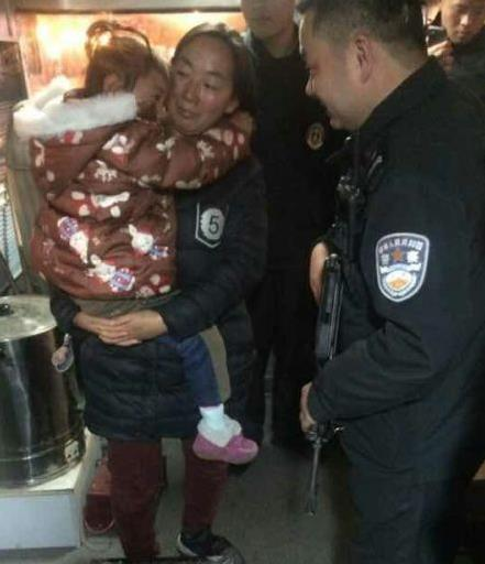 金华一女孩闹市区和妈妈走散 民警急速帮母女团聚