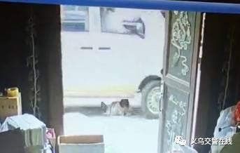 义乌女童被面包车压过 监控记录下惊魂一幕