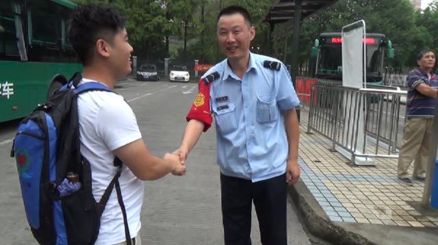 光顾着玩手机 杭州小伙把8000现金落在了公交上