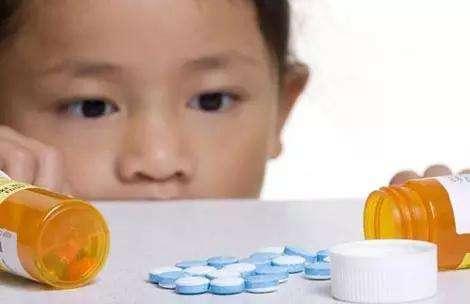 两岁男童误将降压药当糖豆吃