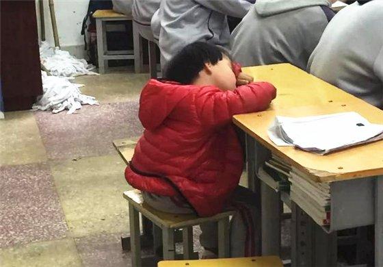 4岁女孩趴课桌上酣睡刷爆朋友圈 背后故事让人泪奔