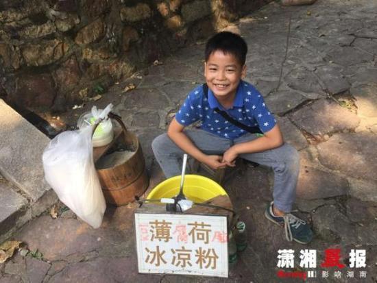 9岁男孩摆摊卖凉粉豆腐脑1年 父母:锻炼他能力